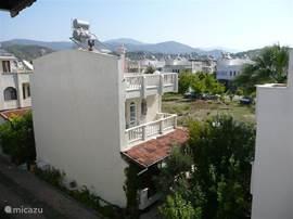 Uitzicht over het vakantiehuizenpark richting bergen