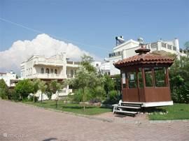 Het terrein van de vakantiehuizen is netjes onderhouden, verlicht en bewaakt