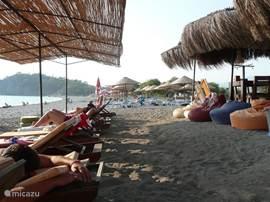 Op het strand is nooit druk of luidruchtig, er zijn voldoende schaduw en ligbedden- die zijn gratis