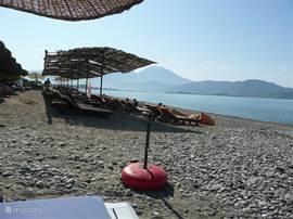 Op het strand (uitzicht richting Fethije) is heel rustig - geen muziek of opdringende horeca lawaai. Het strand wordt meestal gebruikt door villa's eigenaren( vaak permanent wonende buitenlanders)