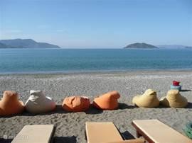 Langs het strand zijn 4 restaurants die  de zitkussens en comfortabele ligbedden in de schaduw aanbieden. Heerlijke en bataalbare eten!