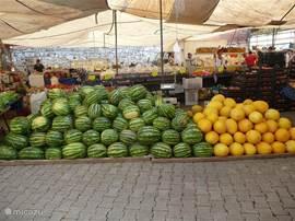 De markten zijn 3x per week - in Fethije, Calis en Ciftlik. De fruit- en groentenassortiment blijft bijna het hele jaar dezelfde breed