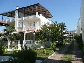 Aanzicht voor: het huis Sunset en de toegangsweg tot het vakantiehuizenpark