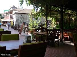 Binnen 10 minuut met minibus ( dolmus) bent U in het centrum van Fethije. In het hart van Fethije zijn talloze winkeltjes, terrassen en authentieke Hammam