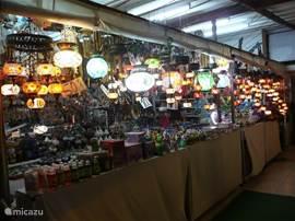 De souvenirwinkels in Calis zijn de goedkoopste en leukste aan de kust