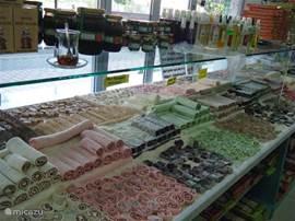 De autenthieke fabriek en winkel van loukumia is aan de weg tussen Calis en Fethije