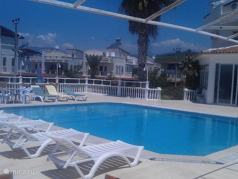 Gerenoweerde zwembad dichtbij in de buurt, toegang is gratis