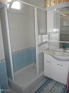 De badkamer met WC beneden is recent verbouwd