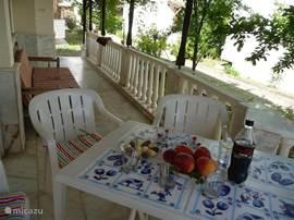 In de schaduw van de fruitbomen kunt U op de sofa uitrusten