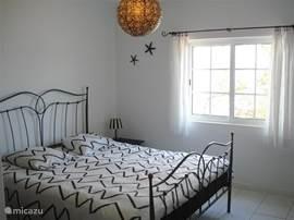 2 persoons slaapkamer met inbouwkast en zitje.