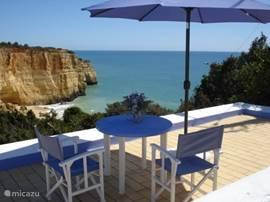 Dit terrasje aan de overzijde van Casa Azul, biedt u een fantastisch uitzicht over de baai van Benagil.