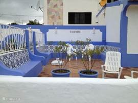 Terras gelijk aan Casa Azul, waar u heerlijk kunt eten, lezen, zonnen en genieten van de geluiden van de zee.