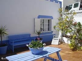 Terras aan zijde slaapkamer,waar u heerlijk in de schaduw kunt zitten en tegen de avond van het late zonnetje kunt genieten.