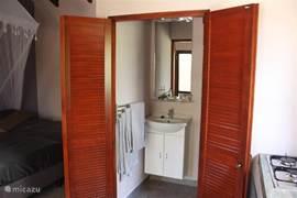 De badkamer van de studio's, voorzien van een wastafelmeubel met spiegel met verlichting en genoeg bergruimte voor persoonlijke spulletjes. Daarnaast zijn er voldoende handdoeken, washandjes etc beschikbaar.