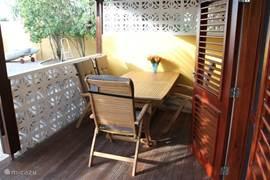 Prima vertoeven op de porche met deze set van hardhout, de leuning van de stoelen is verstelbaar in diverse standen en mogen ook in de tuin gebruikt worden.