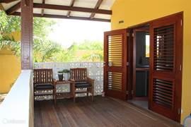 Genoeg ruimte op de porche voor nog een duozitje om gezellig iets te drinken..