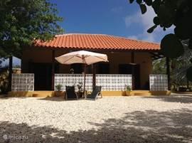 Luxe studio's voorzien van allee gemakken, in een ruime palmentuin met zwembad. Op de porches en voor de studio's voldoende schaduw.