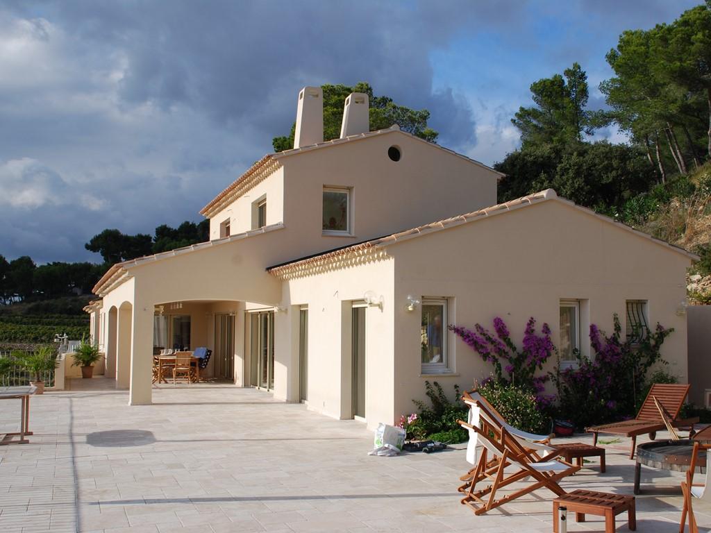 Nog enkele weken vrij. Ideaal, groot, zeer luxe vacantie-huis voor de hele familie of twee gezinnen. Unieke ligging, groot eigen zwembad, goede wifi.