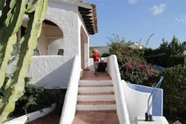 Trap vanaf het zwembad terras naar het overdekte terras bij het huis.