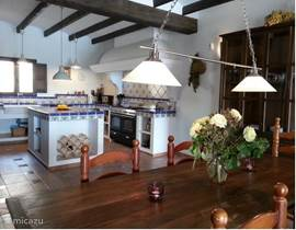 De keuken/eetkamer is net zoals de woonkamer zeer ruim,40m2 wat zelfs voor noord europese normen buiten proportioneel is!!!