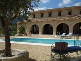 voorgrond het zwembad voor een heerlijk verfrissende duik ,voorafgaande aan een exotische coctail of sangria...