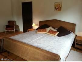 op de 1e verdieping waar zich 4 zeer riante slaapkamers bevinden, waarvan bijvoorbeeld deze twee uitzicht hebben over de ....
