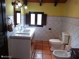Alle badkamers zijn uitgerust met alle comfort welke je zou verwachtenin een finca van deze standing.De wastafel....