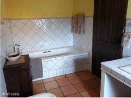....toilet,bidet en bad zijn prachtig verwerkt in een spaanse porceleinen tegelmuur.