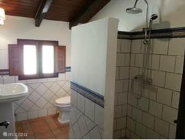 De twee slaapkamers aan de voorzijde van het huis hebben en-suite badkamers.Één heeft een ligbad en de tweede en-suite en badkamer drie ...
