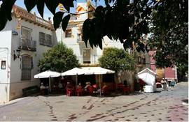 ...het dorpsplein met hier de tapa bar La Plaza waar je voor weinig geld lekker kunt eten en drinken...