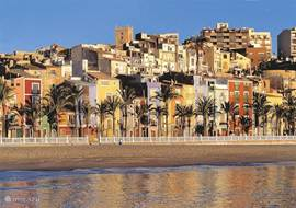 Het stadje Vilajoyosa en het mooie zandstrand en boulevard bezaaid met heerlijke terrasjes en restaurantjes.