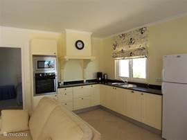 extra keuken met wwonkamer en TV beneden