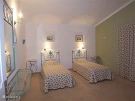 portugese slaapkamer met  hoog-laagbedden.