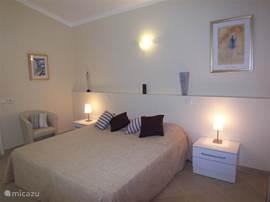 slaapkamer met aansluitende badkamer
