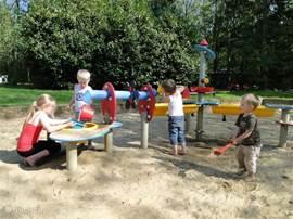 Heerlijk buiten spelen in 1 van de grote zandbakken die er op ons park zijn. Ook kunnen de kinderen lekker op de trampoline, glijbaan, schommels of wipkippen.