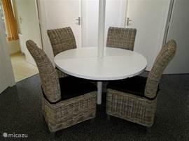 De eettafel met 4 stoelen in onze rondevrijstaande 4 persoonsbungalow Cannenburg.