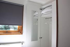 Slaapkamer 2 beschikt over een ruime kledingkast met passpiegel.