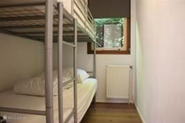 Slaapkamer 3 heeft een volwaardig stapelbed met extra stevige matrassen. Slaapkamer 3 is daarmee geschikt om gebruikt te worden voor volwassenen en voor kinderen die een kinderbed ontgroeid zijn.