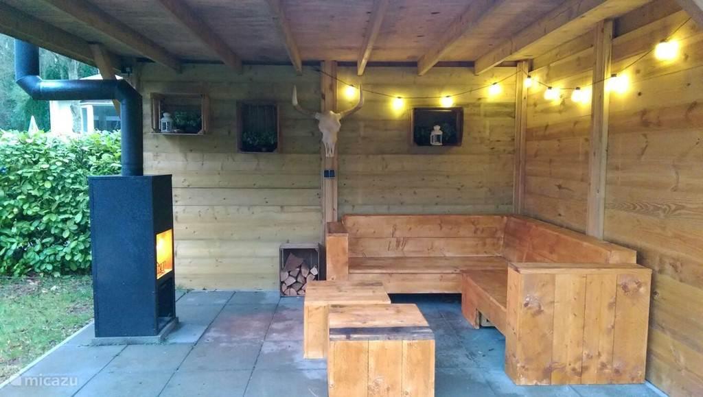 Onder de veranda bij de houtkachel in het najaar! of heerlijk buiten zitten. 250 dagen per jaar!