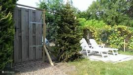 Omheinde tuin met tuinpoort.