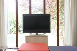 32 flatscreen TV met 25 zenders + DVD-speler.