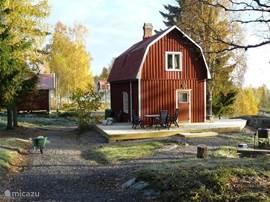 Enebacken staat op een perceel van 3400 m2. Het huisje heeft een mooie nieuwe veranda met uitzicht op het meer.