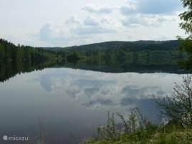 Het Askesjön zo glad als een spiegel