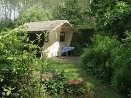 Het tuinhuisje met een gezellig terrasje