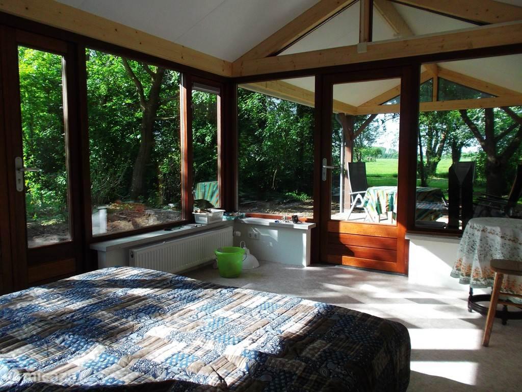 De slaapkamer met twee bedden van 200 bij 90 cm en uitzicht op de tuin