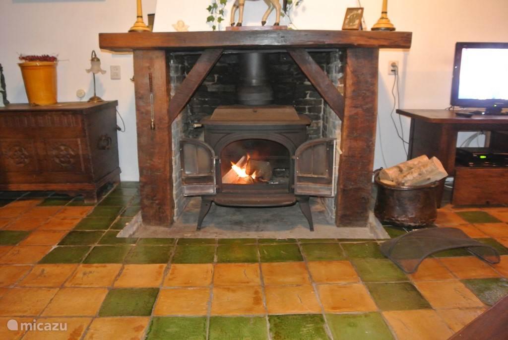 In begin 2015 is er in stijl van de woning een kachel geplaatst, waarin u een heerlijk warm vuurtje kunt stoken en het met elkaar nog gezelliger kunt maken. Dat maakt een verblijf in de winter nog aantrekkelijker.