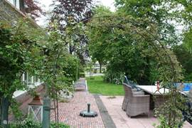 Naast het zwembad is een buiten terras gelegen met voldoende zitgelegenheid.