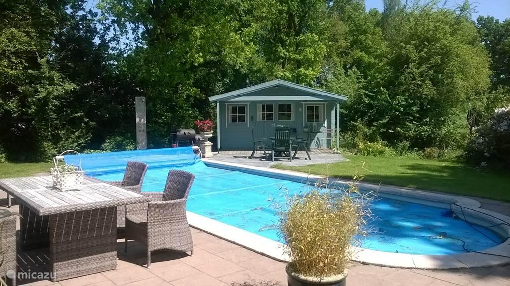 Bij het zwembad is een ruim tuinhuis aanwezig. In het tuinhuis is een heerlijke instelbare sauna aanwezig. Het tuinhuis heeft een eigen koelkast en zitgelegenheid. Naast het tuinhuis is een buitendouche aanwezig met koud en warm water. Voor het tuinhuis is voldoende gelegenheid om te zitten.