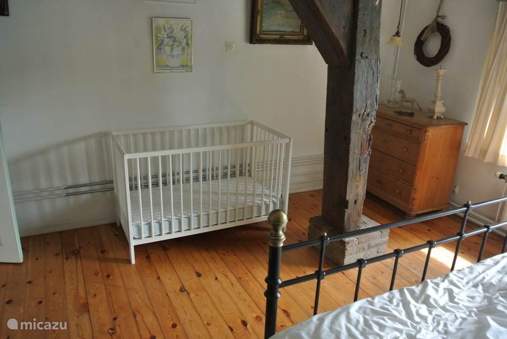 Slaapkamer 1 met kinderbedje