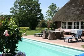 Het zwembad is 31 vierkante meter groot en is voorzien van een trap om in te stappen. In de zomer wordt het zwembad verwarmd door middel van zonne-energie. Naar mate de zomer vordert wordt het water warmer gehouden. Vanaf oktober t/m maart is het zwembad niet beschikbaar.